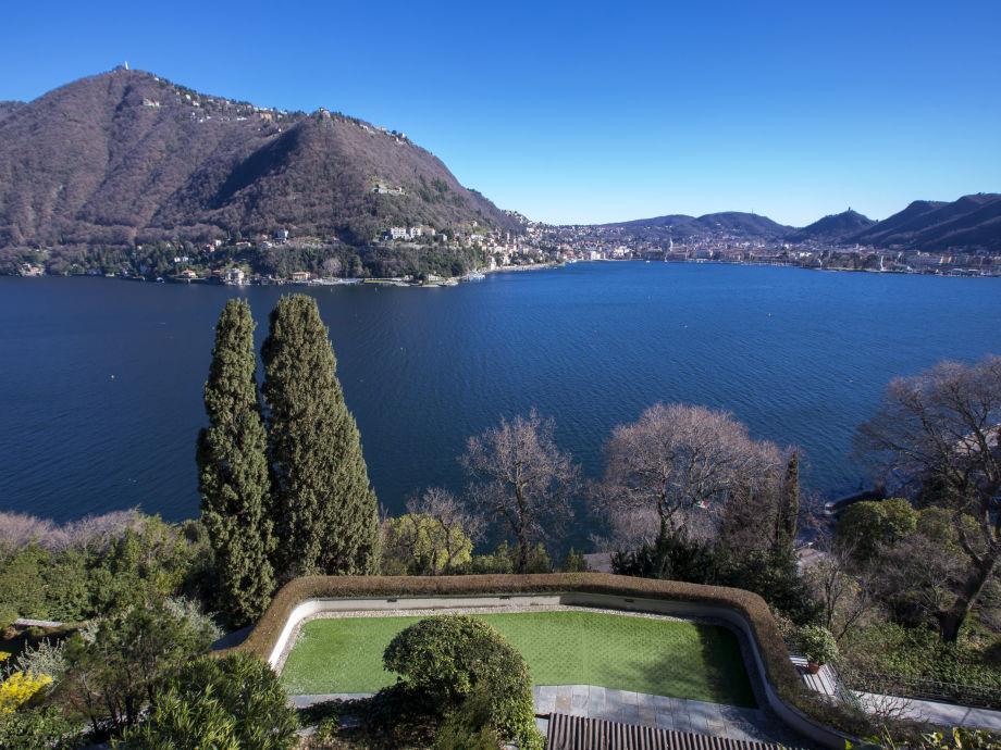 Atemberaubende Ausblick auf den See von dem Garten