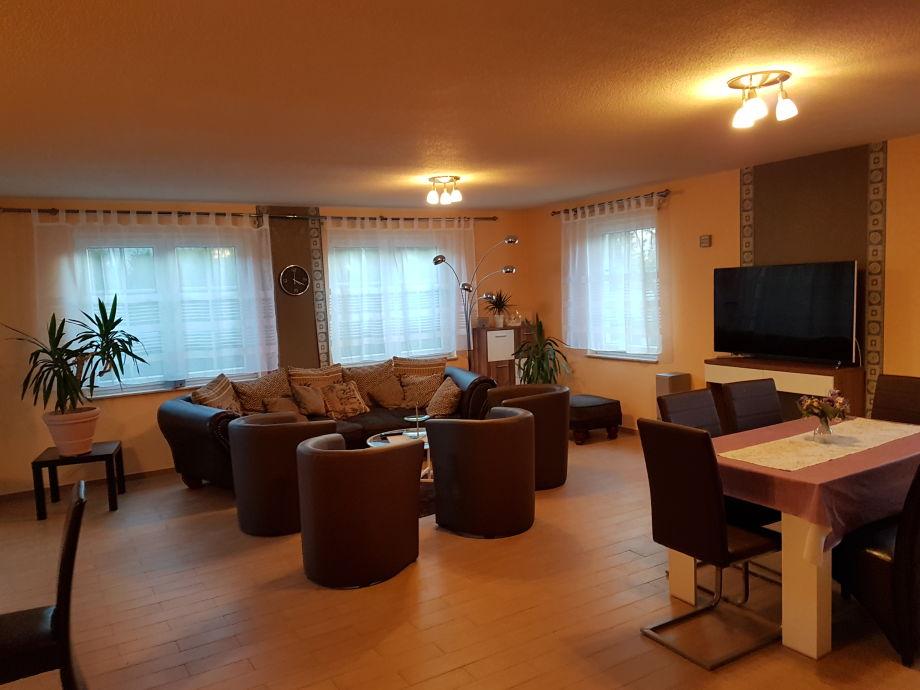 Großes Wohnzimmer mit Esstisch
