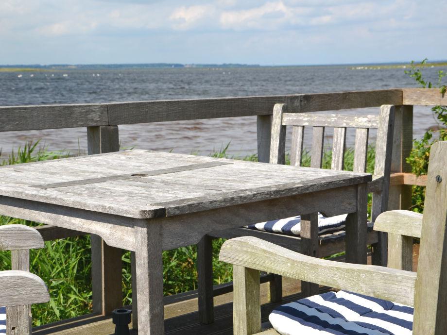 Die über das Ufer gebaute Terrasse mit Meerblick