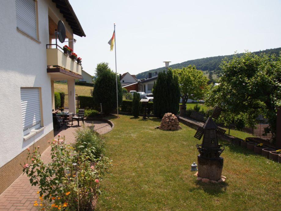 Blick auf den Garten und die Terrasse