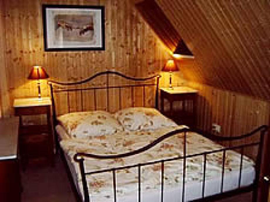 Der gemütliche Schlafbereich mit Doppelbett