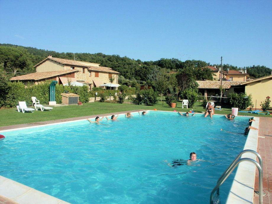 """Außenaufnahme """"Residence sul lago di Mario"""" mit Pool"""