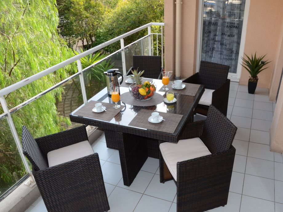 Balkon mit Lounge-Sitzmöbeln