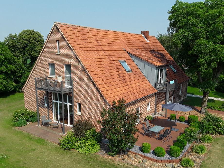 Ansicht  mit zwei Terrassen und Gartenhaus