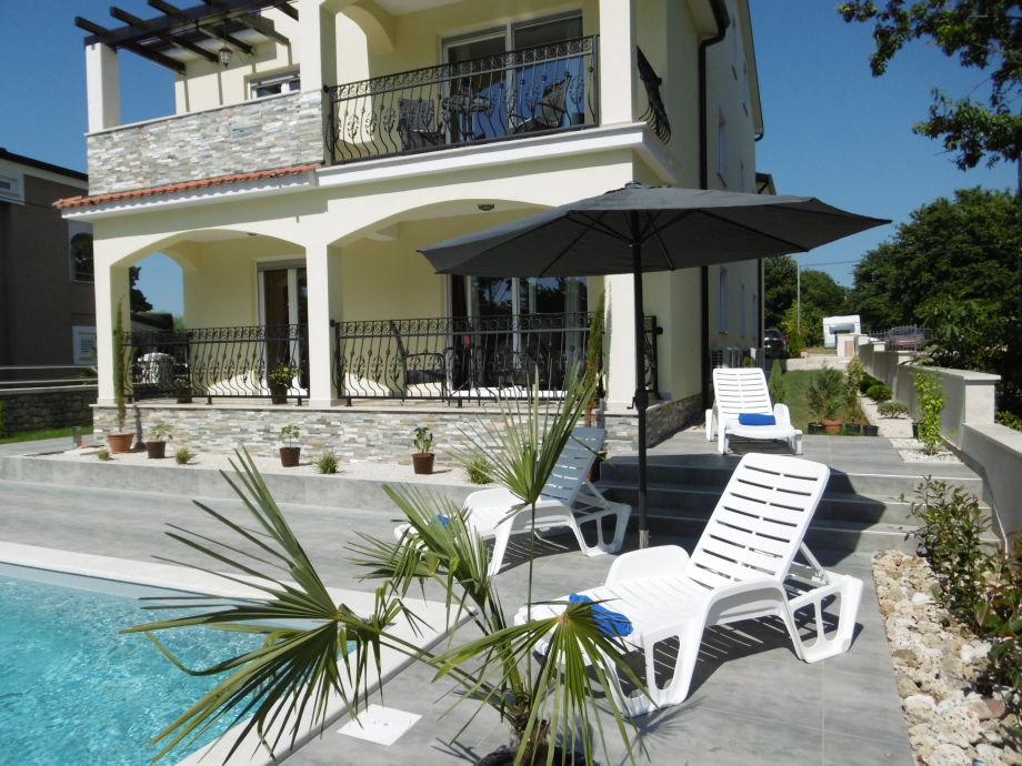 Außenaufnahme Villa Luka Apartment Gray mit Pool