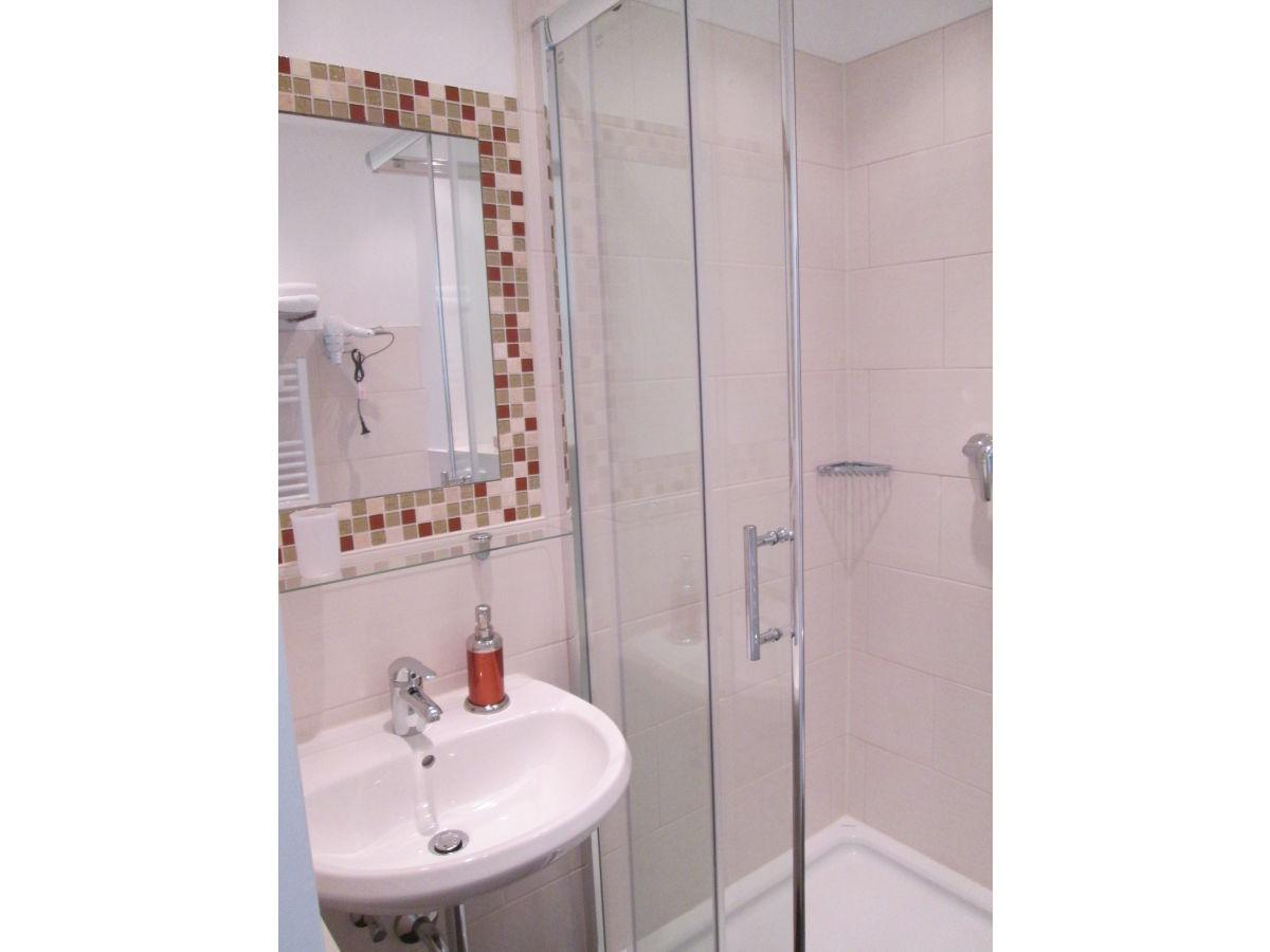Ferienwohnung kleine perle leipzig firma living apart for Modernes bad mit dusche