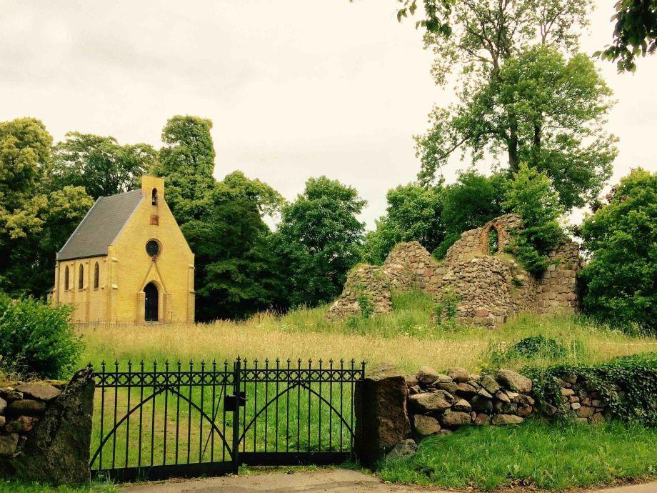 Kirchenruine und Kapelle