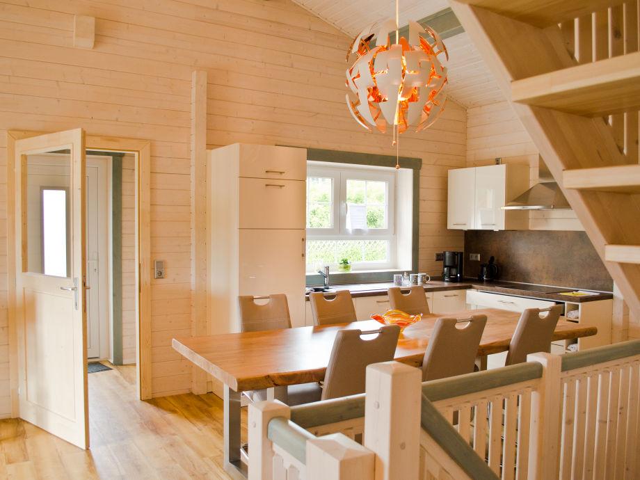 Moderne Einbauküche und großer Esstisch