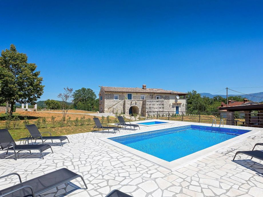 Villa with Pool and large Plot
