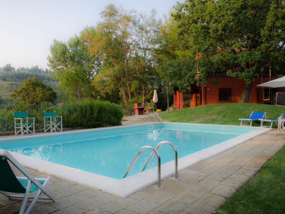 der Pool mit Casa Rossa im Hintergrund