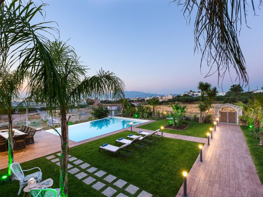 Großzügiger Garten mit outdoor dining und pool