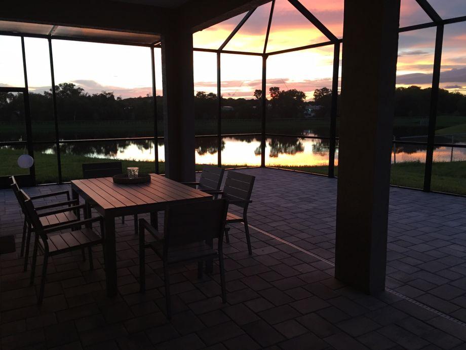 Entspannen bei Sonnenuntergang auf der Terrasse
