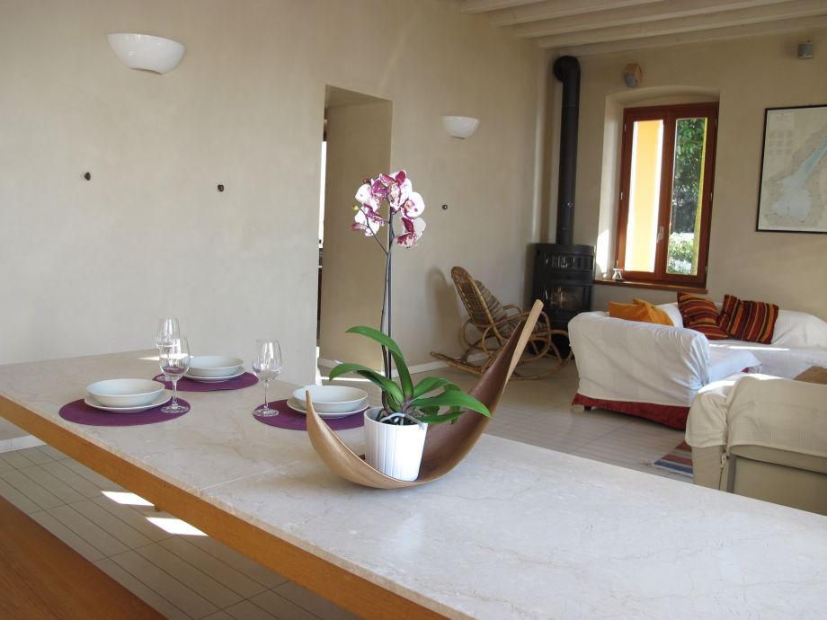 Ferienwohnung villa magnolia lago gardasee gardone for Holztisch wohnzimmer