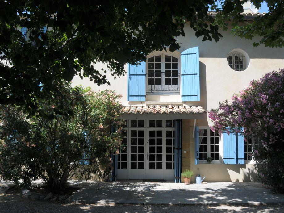 Blick auf das Haus mit Oleander und blauen Fensterläden