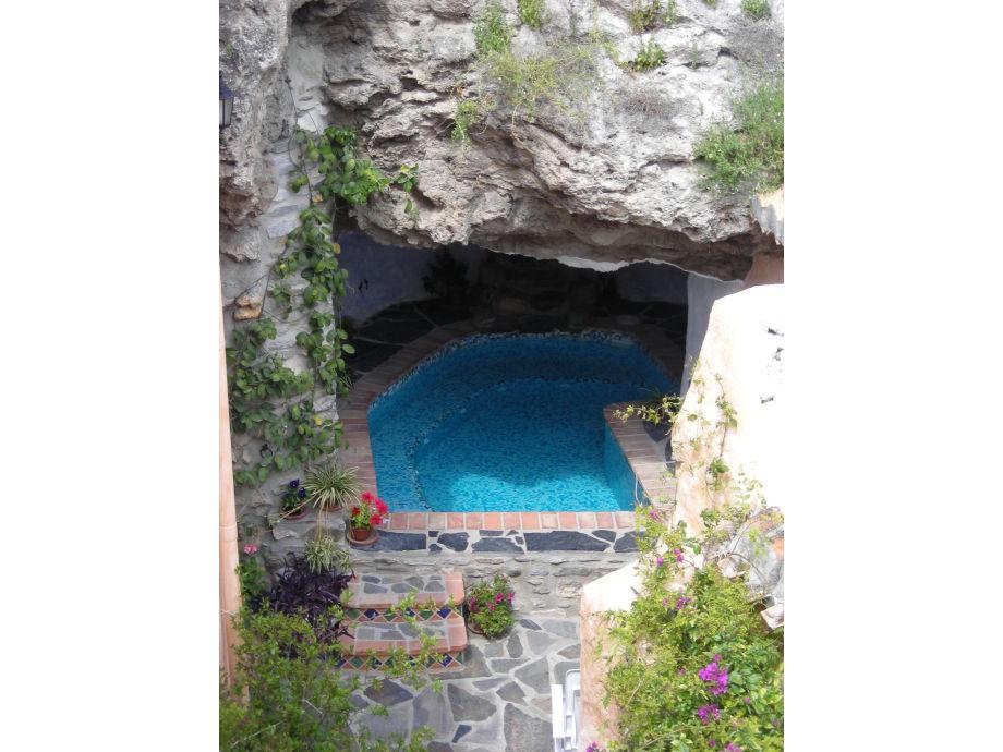 Beheizter Jacuzzi Pool in einer Grotte