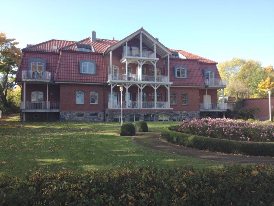 Villa Seegarten mit blühenden Rosen Ende Oktober