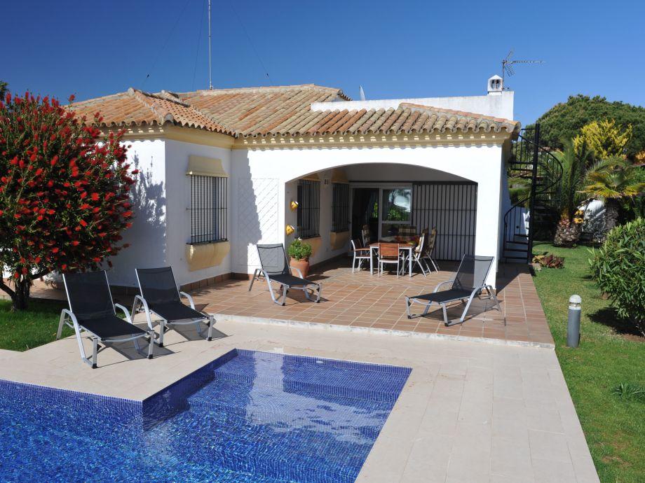 Casa Lantana - überdachte Terrasse mit Sonnenliegen