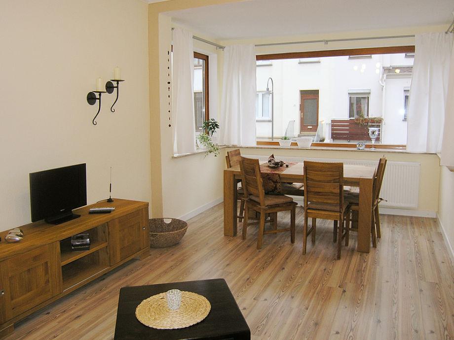 helles großes Wohnzimmer mit Essecke