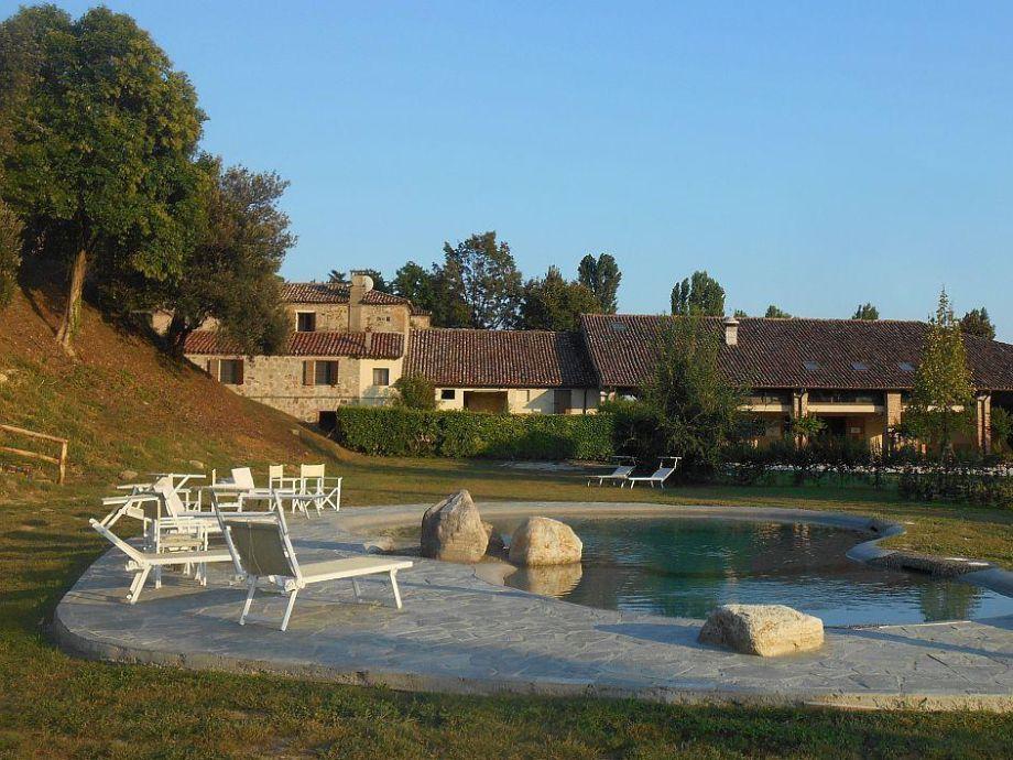 Außenaufnahme Luxuriöses Apartmenthaus auf Weingut
