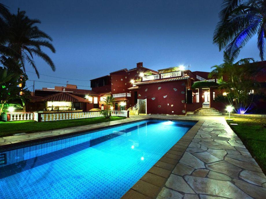 Außenaufnahme Luxusvilla mit beheiztem Pool, Jacuzzi für höchste Ansprüche, WLAN, SAT TV