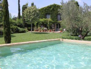 Luxuriöse, historische Villa auf 1000 m² idyllischer Grünlage, modernes Interieur