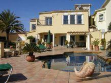 Villa Charmante Poolvilla mit Meerblick, eigener Hafen, Boot mietbar, 200 m zum Strand