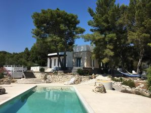 Exklusive Villa auf 2 ha, eingezäunt inmitten von Pinienwald, Meerespanorama