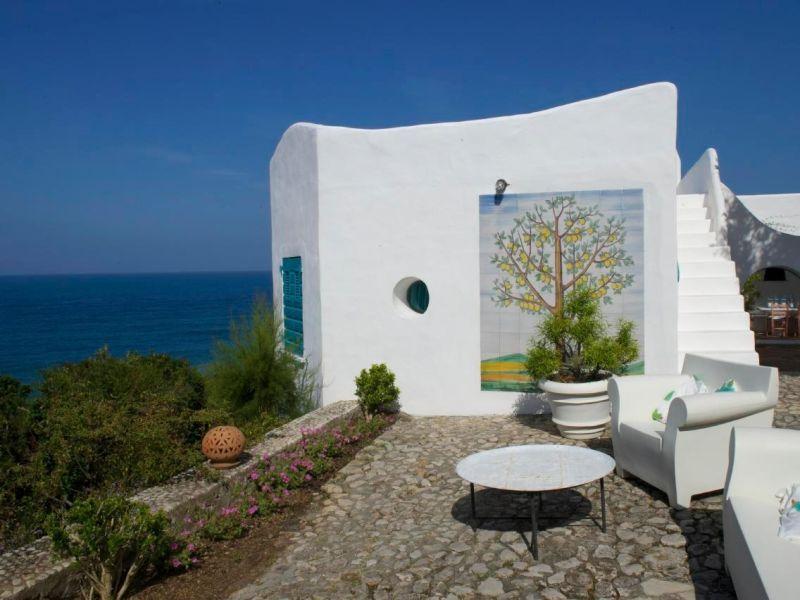 """Architektenvilla """"Casa Nettuno"""" mit Meerwasser-Pool erbaut auf einer Klippe direkt am Meer"""
