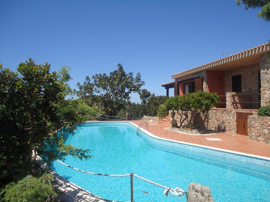 Aussenbereich um den Pool der Villa Principe