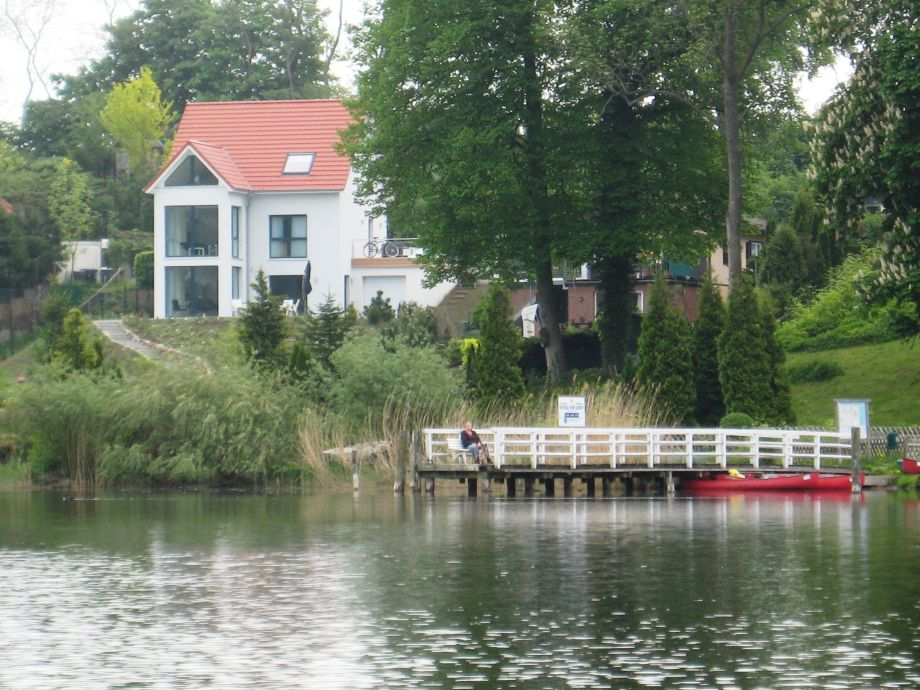 Zum Haus gehören auch ein Steg und zwei Boote.