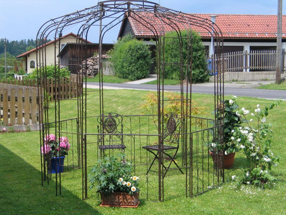 Pavillon neben Gästeterasse
