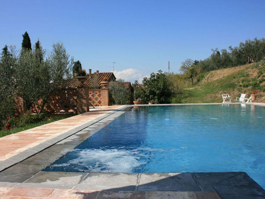 Außenaufnahme mit privaten Pool, Tennisplatz, kostenlosen Wifi