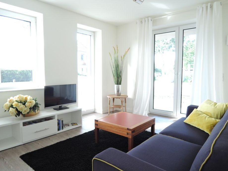 Wohnzimmer mit Blick zur Terassentür