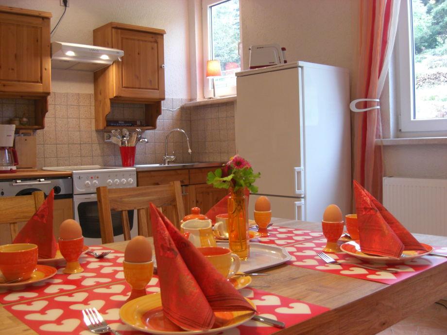 Komfortabel ausgestattete Küche mit Esstisch