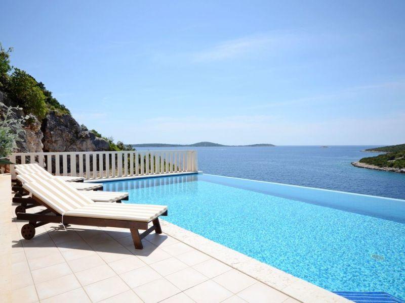 Ferienhaus Villa mit Pool, 30 m vom Meer entfernt
