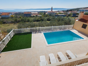 Holiday house Charming house with pool, Kastela