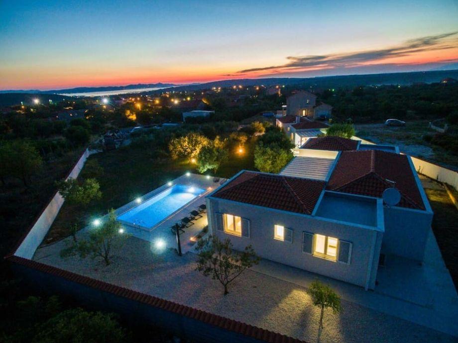Neues modernes Haus mit Pool von Luft