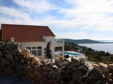 Ferienhaus mit Pool in der Nähe vom Meer