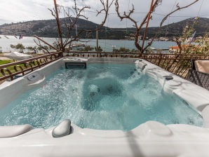 Holiday apartment Seafront for 13 with jacuzzi
