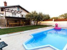 Ferienhaus Neu Charmant mit Pool