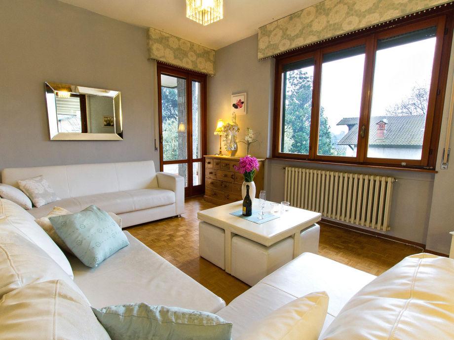 Wohnzimmer mit Zugang zu 2 Terrassen