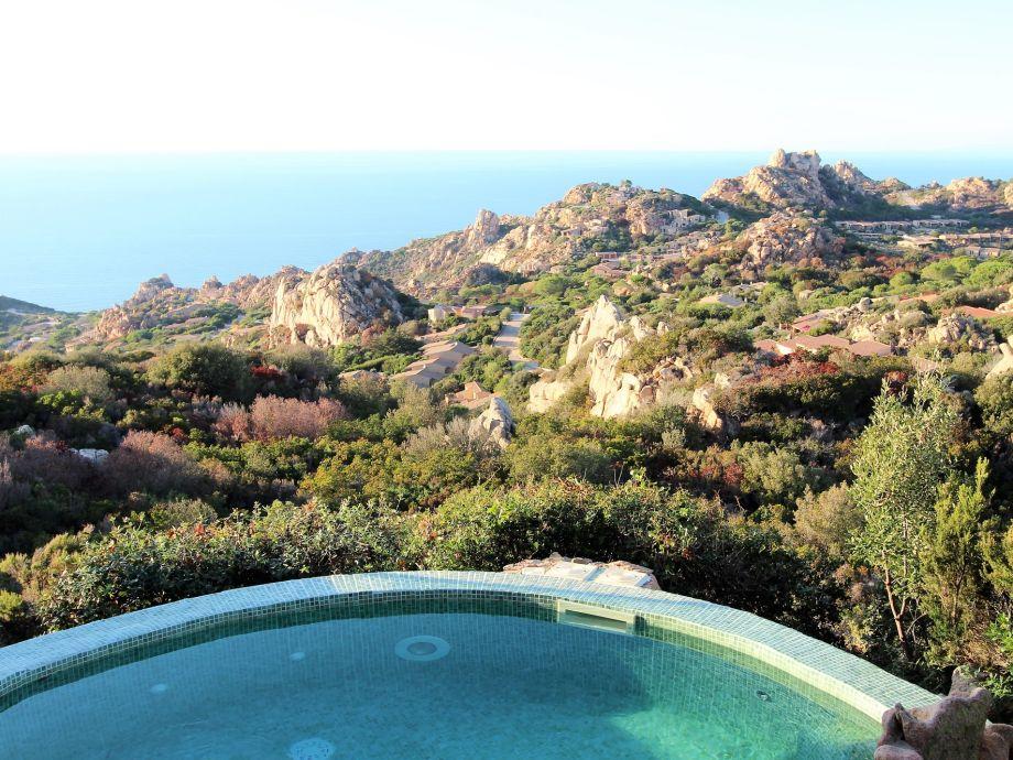 Pool und Blick auf die Küste und das Meer