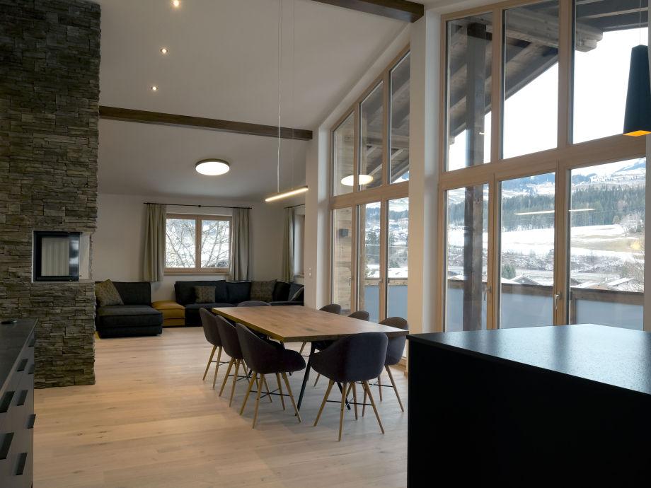 Große Fensterfront, Esstisch und Kamin