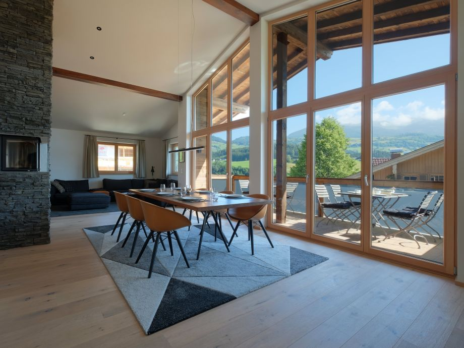 Großer Esstisch vor Fensterfront mit tollem Blick