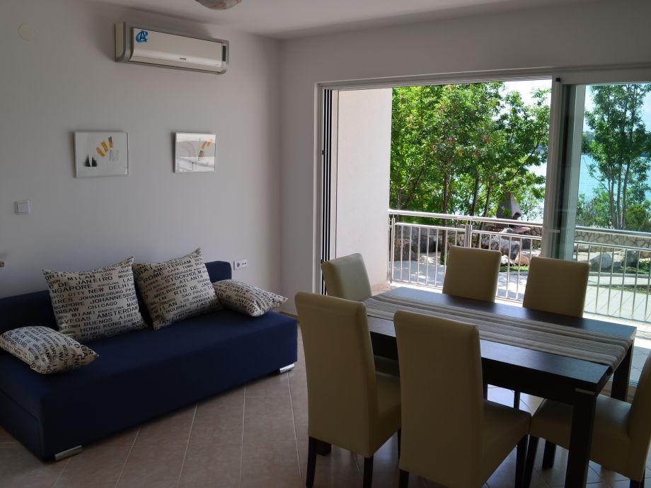 Das Wohnzimmer mit ausziehbarem Schlafsofa