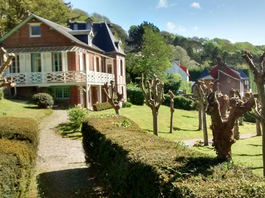 Ferienhaus chalet des chevrefeuilles normandie herr for Haus mit garten