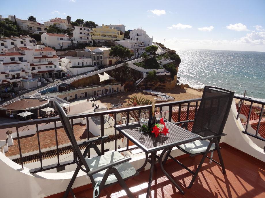 Blick vom Balkon auf Strand und Meer