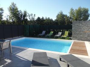 Ferienhaus mit beheiztem Pool in der Nähe von Cyprien Strand