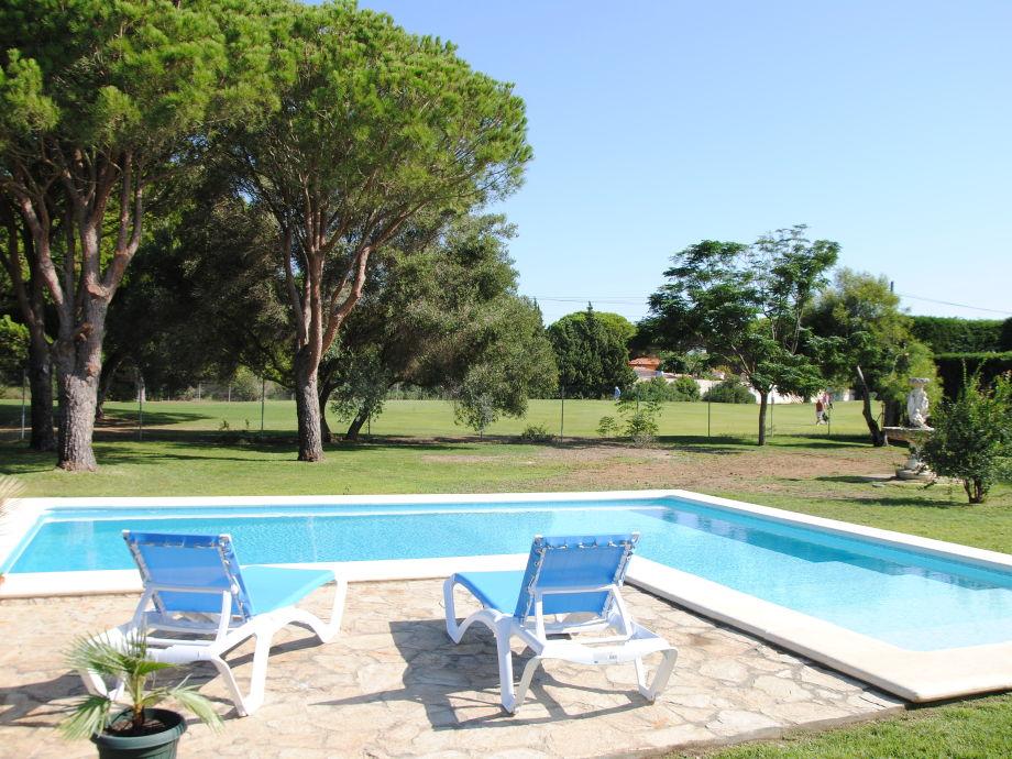 Poolbereich mit Sonnenliegen zum Entspannen