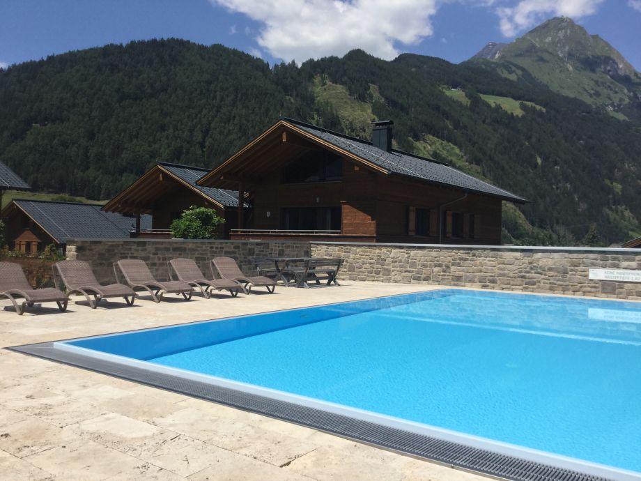 AlpinPark im Sommer, Pool mit Bergblick